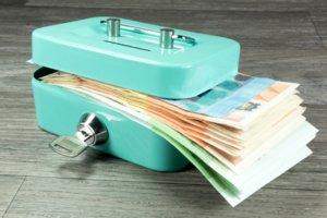 Geldkassette mit Bargeld